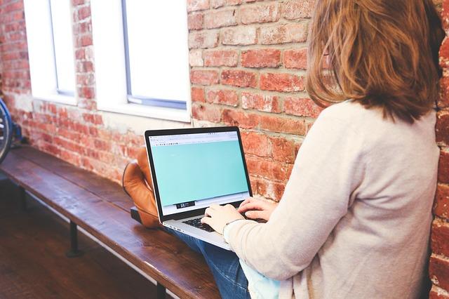 女性がノートパソコンで仕事をする写真