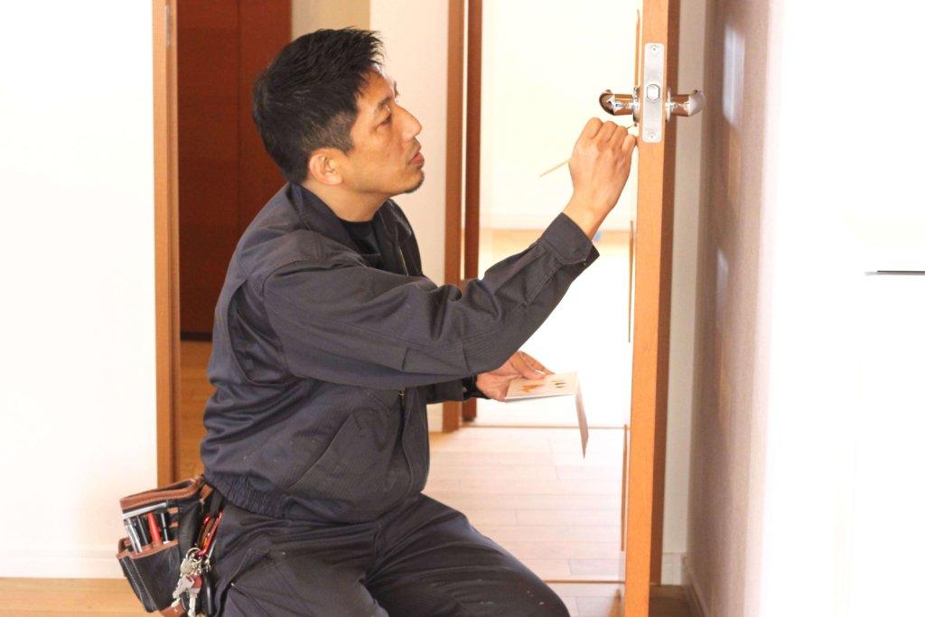 扉修理中の松尾社長