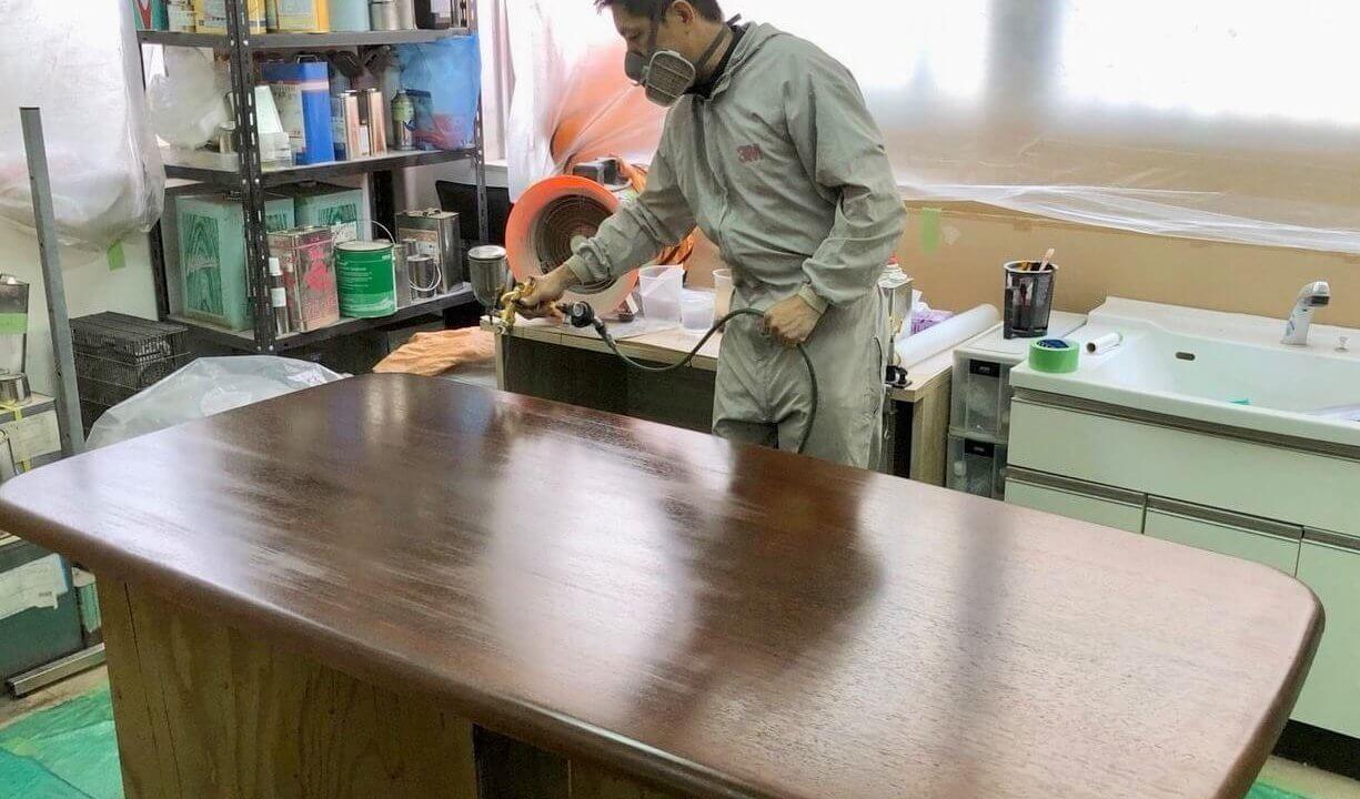 家具の吹き付け塗装をする松尾代表