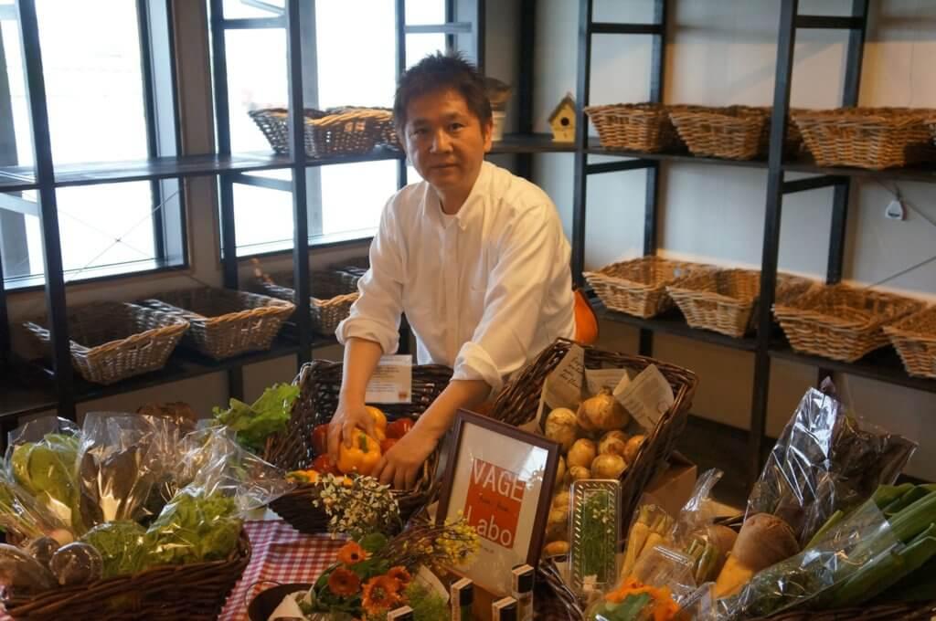 松永氏野菜を手に取る