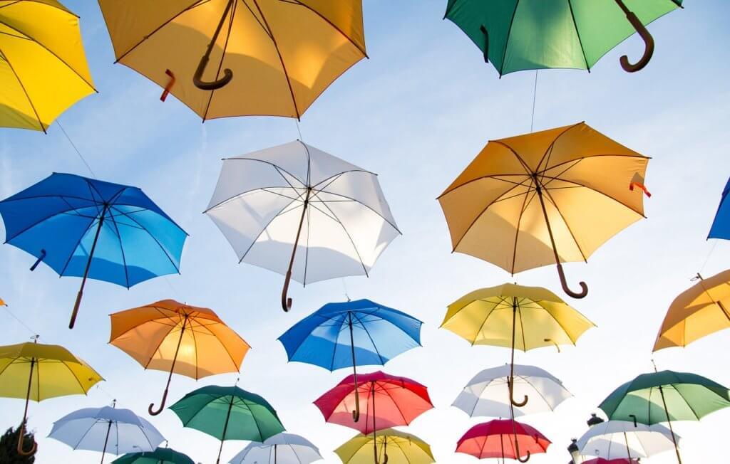 集まったカラフルな傘