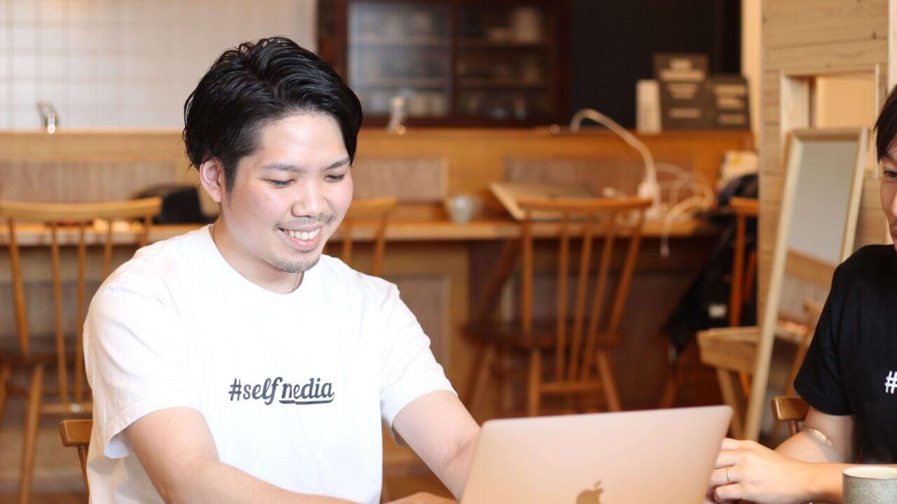 笑顔で仕事をする伊藤氏