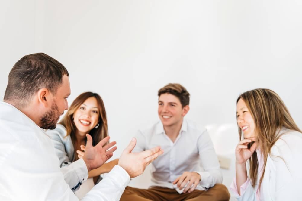 会話を楽しむ人達
