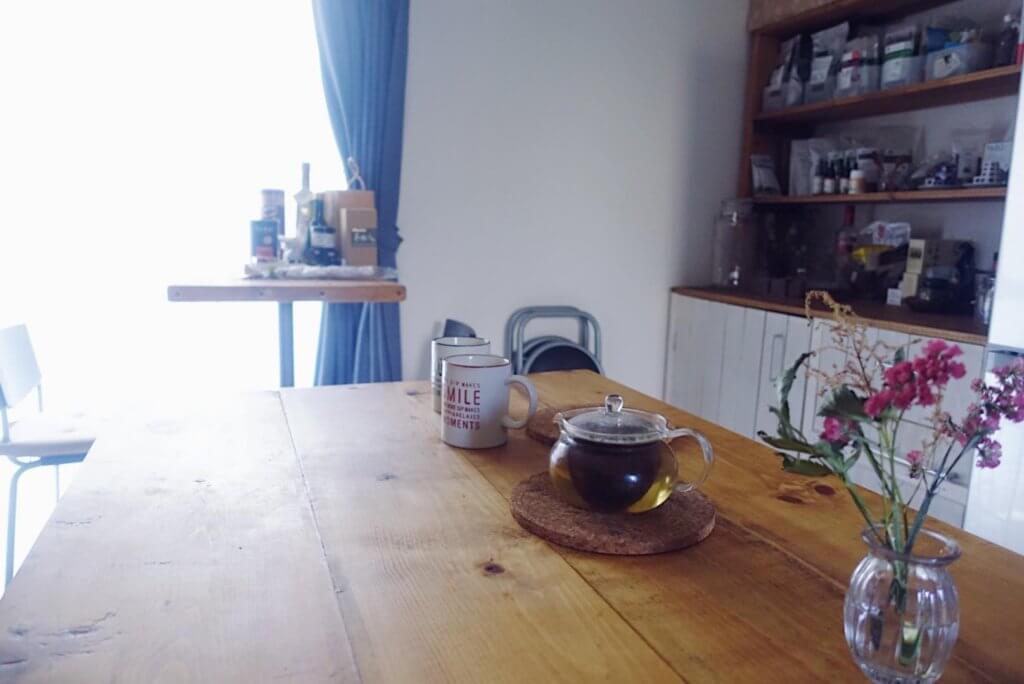 食卓にハーブティーとお花