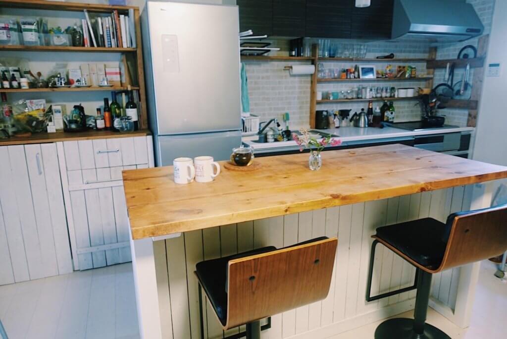 キッチンテーブルにティーカップセット