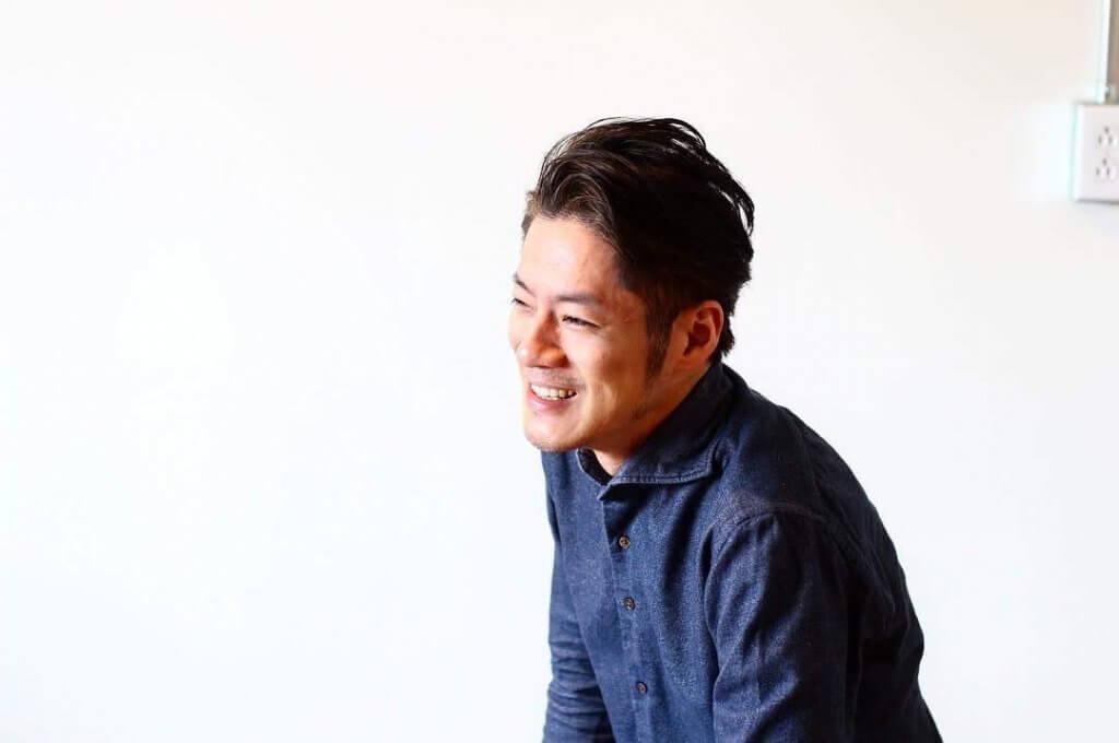 阪田氏笑顔でインタビューを受ける
