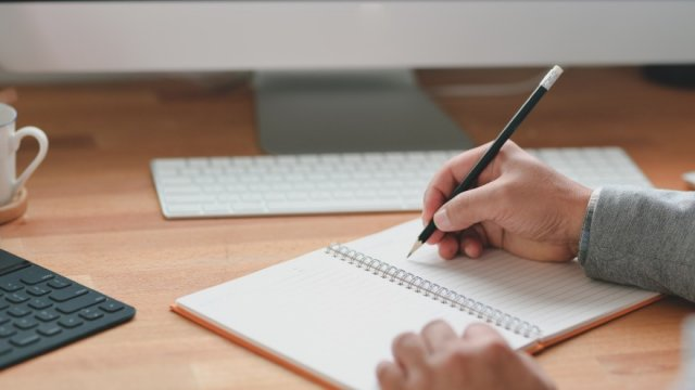 ノートに書き留める様子