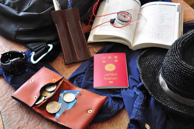 パスポートとコインケースなどの旅支度