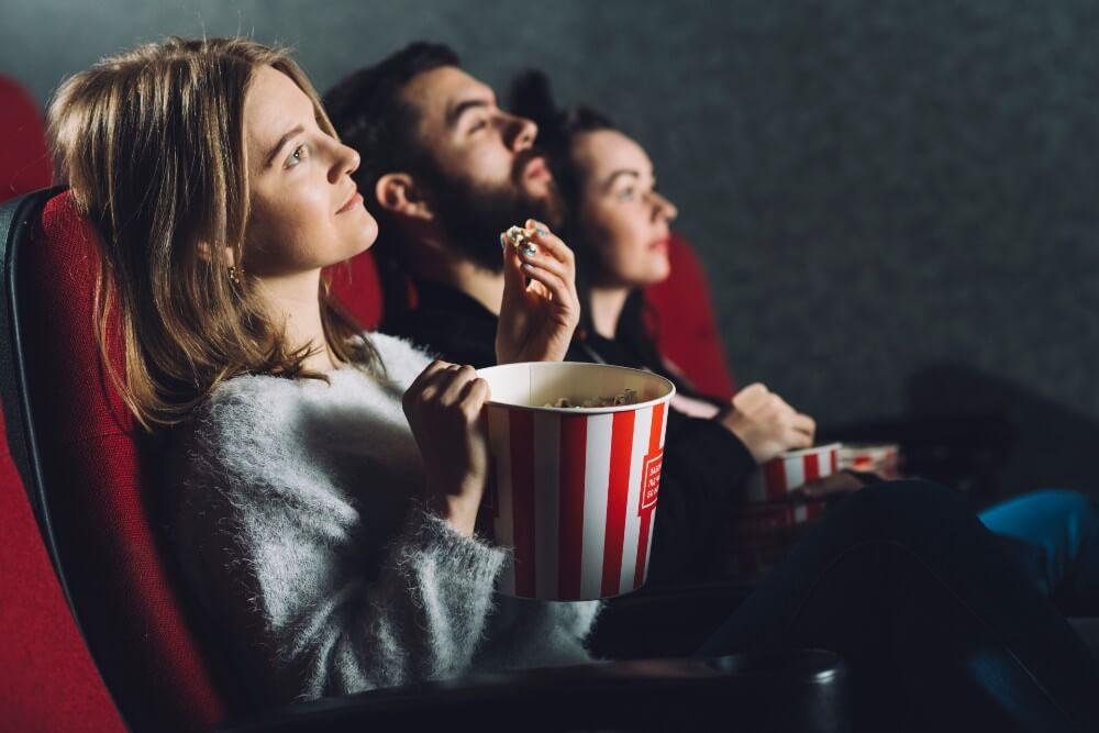 映画鑑賞する人たち