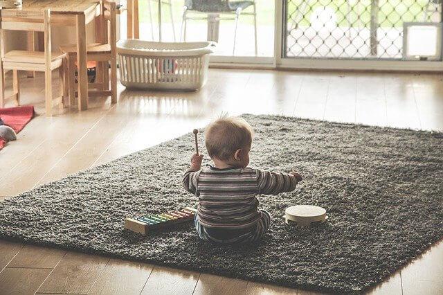 赤ちゃん遊ぶ姿