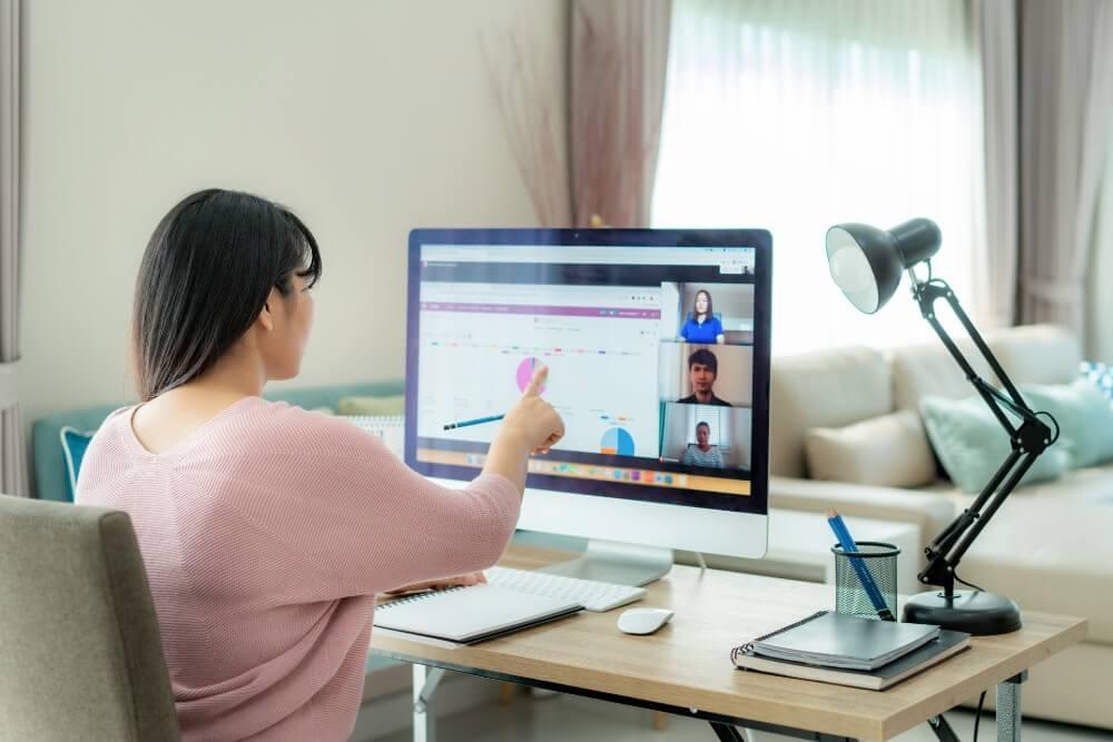 オンラインで学ぶ女性