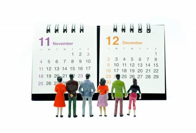 カレンダーを眺める人
