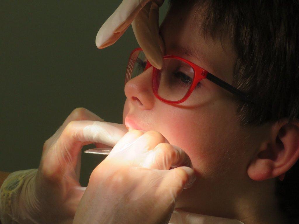 歯科検診を受ける子供